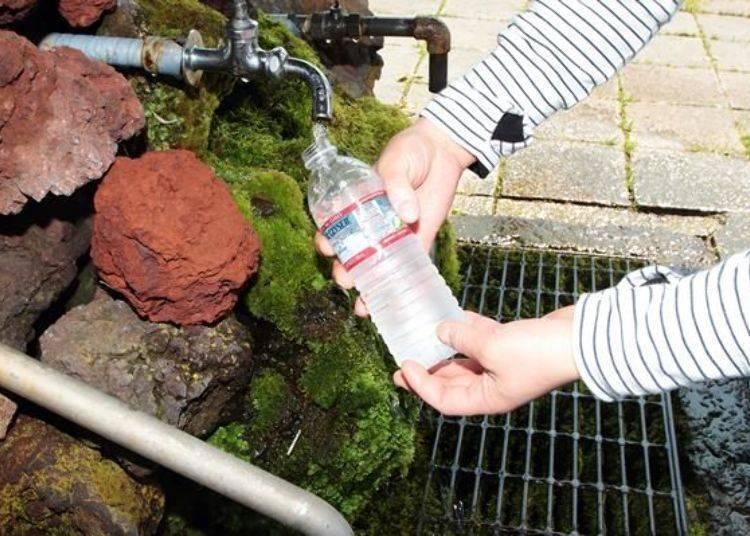 剛好補充喝光的寶特瓶!據說此處的湧水含有眾多礦物質。