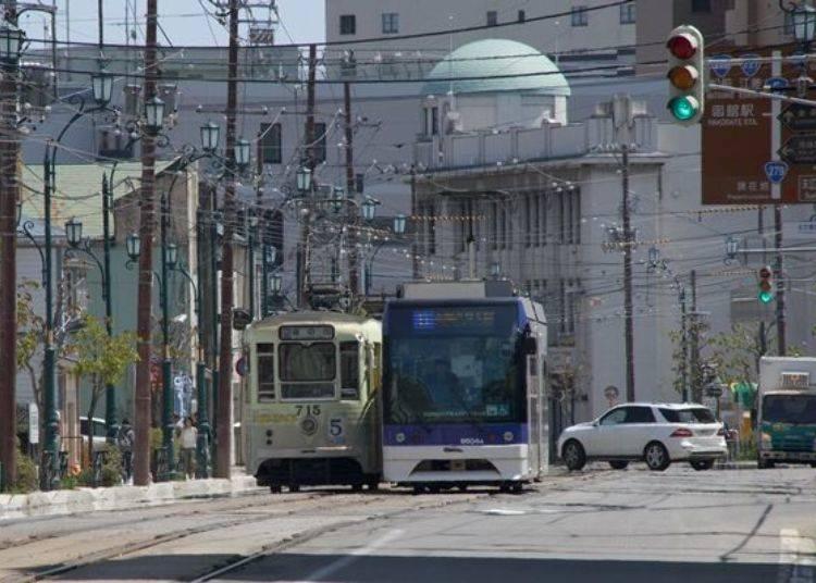 ▲行駛於市內的函館市電。從函館站前到十字街的路面電車,白天約每6分鐘發一班車。