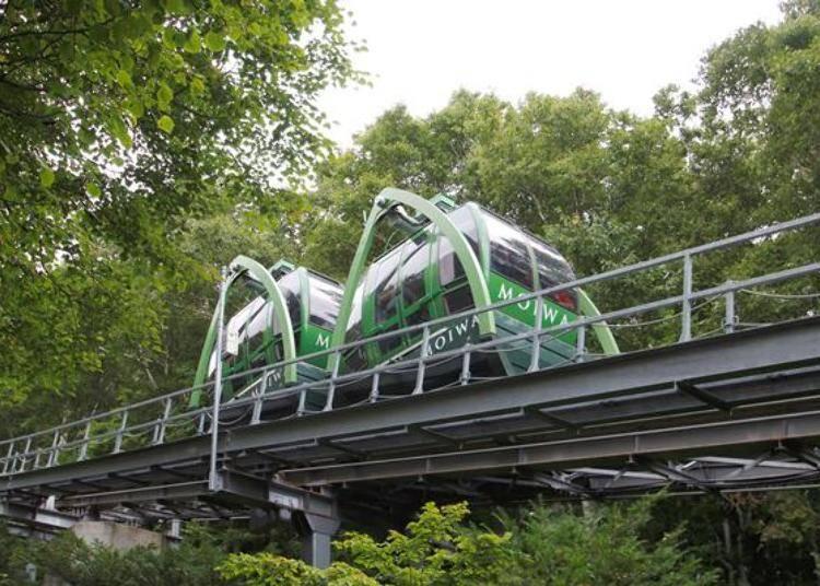 「Morisu Car」是兩節式的迷你登山纜車。搭乘時間約2分鐘,感覺才剛上車就到山頂了。