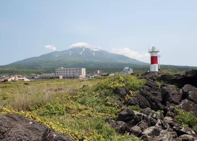 在沓形港附近的沓形岬所看到的沓形地區景色,遠方的山便是利尻山。