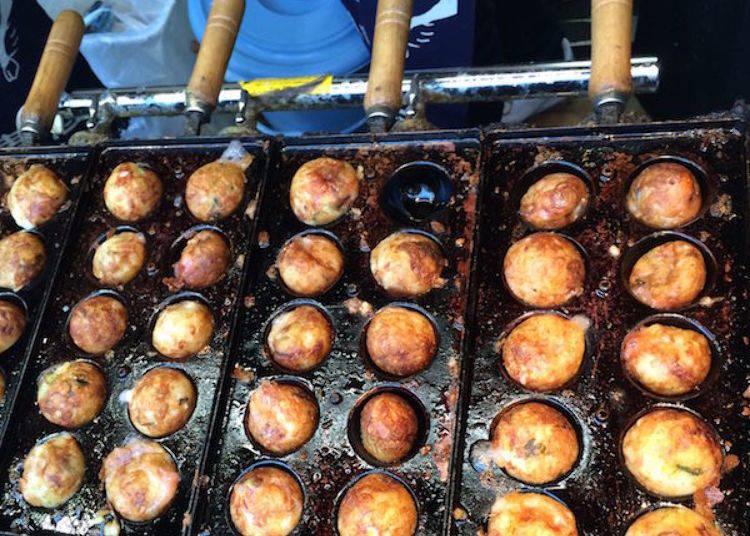 ▲特製的銅板烤盤導熱性很好,所以烤出的章魚燒表面焦黃酥脆。但是需要不斷地翻轉。