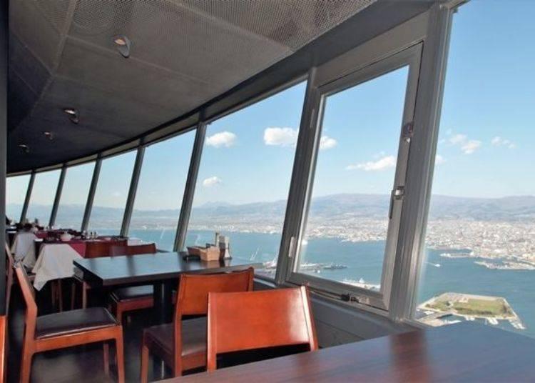 ▲透過大片玻璃窗,能俯視到下方函館街景等美麗景色!