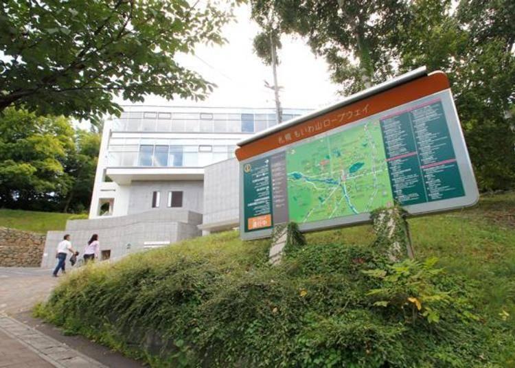 藻岩山山麓站,位於藻岩山上的一棟建築裡,空中纜車的搭乘處在4樓。