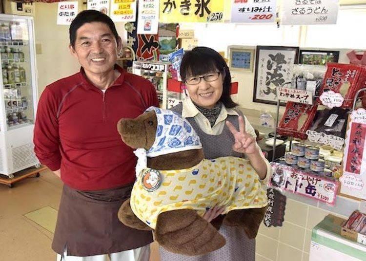 這是店家老闆的石川一壽先生和老闆娘昭代小姐與拍照用的北海獅玩偶。