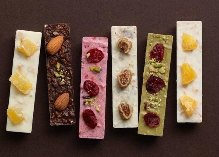 在巧克力的表面裝飾點綴上果乾與堅果等材料的「Sante Lien」。共有「蔓越莓×覆盆子×草莓」(中間粉紅色)等6種繽紛口味。