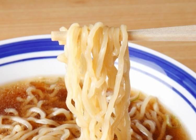 ▲為了可以清楚的看到麵條,特別在淺色湯底中指放入麵條