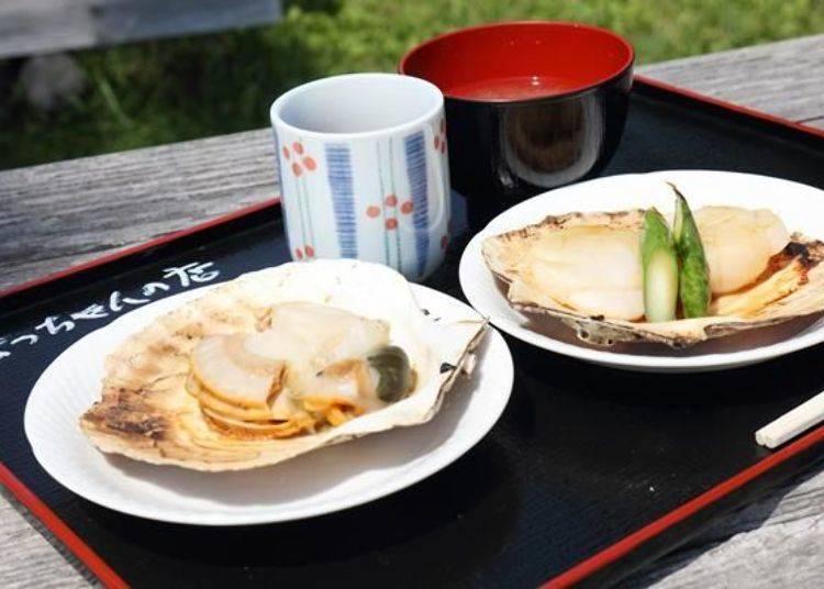 從春天到初夏限定的「烤干貝」(左:300日圓)以及初夏到秋天可以品嚐到的「奶油烤干貝(附蘆筍)」(右:500日圓,若沒有蘆筍的話300日圓)。