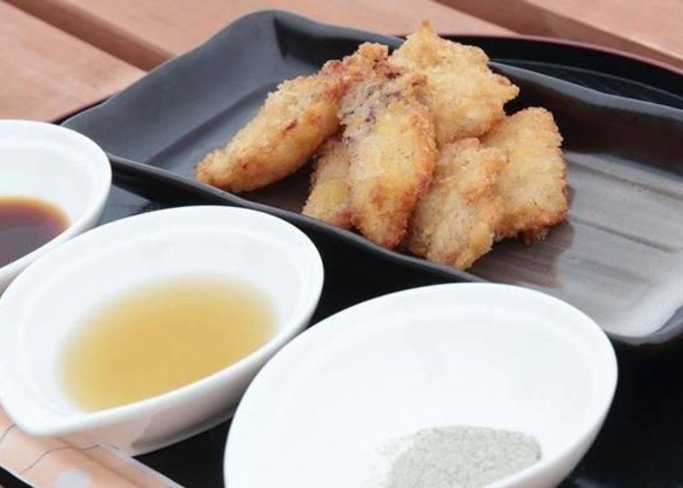 將生鮮的利尻產章魚腳與頭油炸的「炸章魚」(1盤400日圓)。可從昆布鹽、昆布醬、昆布醬油中挑選兩種沾醬。