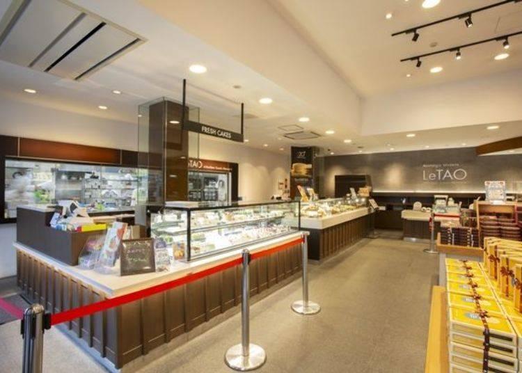 陳列擺設於展示櫃中的蛋糕,是在店內一角的製造室所製作出來的。