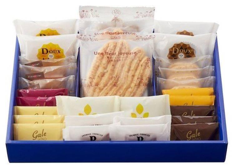 「LeTAODeris L(ルタオデリスL)禮盒中包含了乳酪口味的費南雪「PARMIGIANIE」(中間前排)、「Gale LeTAO(ガレルタオ)」(左右前排4種)及手掌尺寸的派餅「陽氣之花(陽気の花)」等美味餅乾喔。