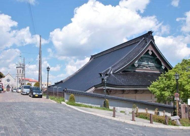▲回首看看剛剛經過的道路,教會與寺院構成一幅圖畫。融合了洋風與日式的建築文化,是唯有函館才能欣賞的獨特景觀。