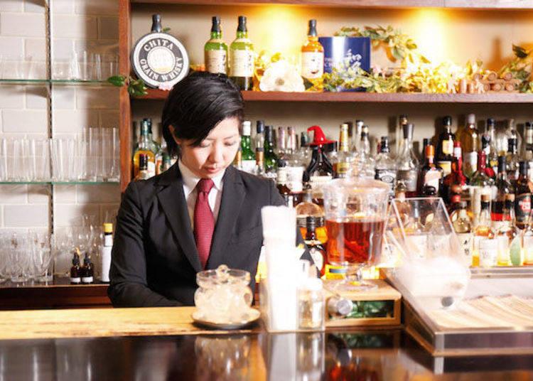 萬綠叢中一點紅的唯一女性調酒師。抬頭挺胸站在吧台內的模樣非常帥氣!