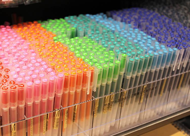人氣商品「膠墨中性筆」,筆管30日圓、筆芯60日圓(皆為含稅價),價格便宜划算。