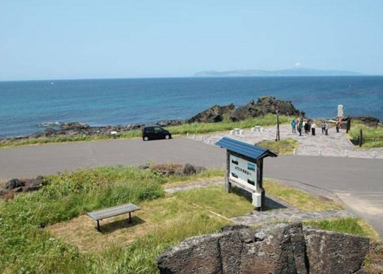 蓋章處就在照片中人所聚集的地方。而在海的另一邊可以看到禮文島。