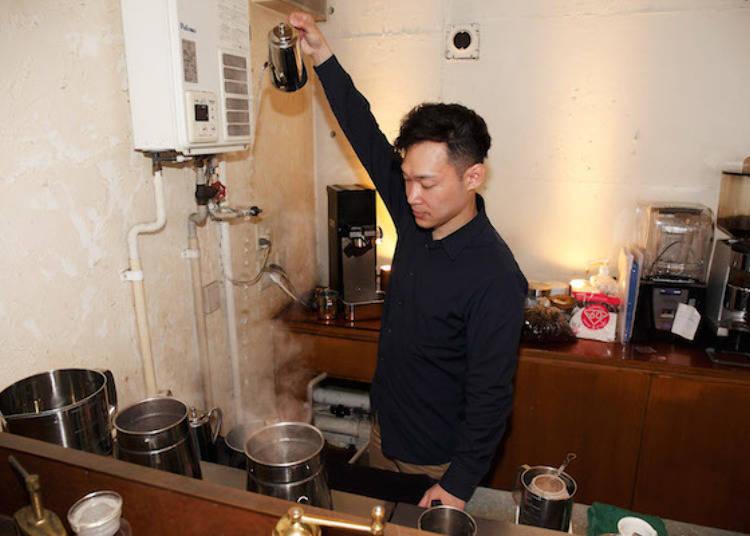 ▲正在調整水溫的經理當摩武史先生。由於水溫會影響咖啡的苦味、酸味,因此會依照烘培的深度調整沖咖啡時的水溫