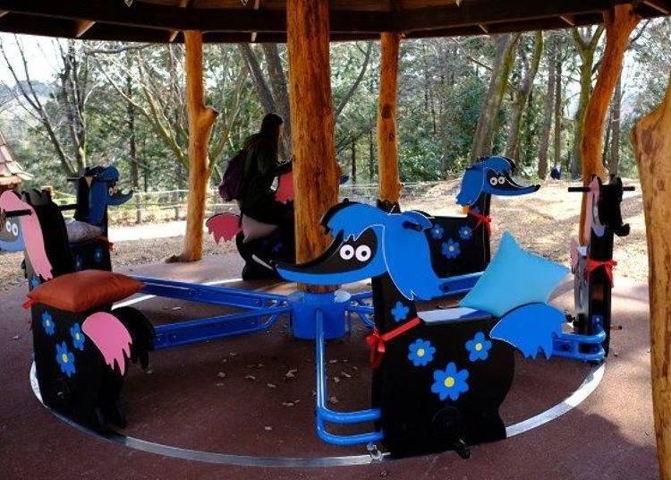▲以嚕嚕米故事中的虛構生物「花馬(はなうま)」為主題的簡易旋轉木馬,可以自己踩著踏板來運轉