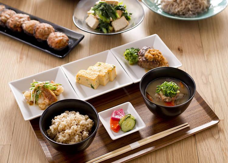 「古早味套餐(おばんざいセット)」(1,200日圓含稅),從每周替換的6~7道古早味小菜中選擇3種做搭配(照片提供:FLUX CAFE)