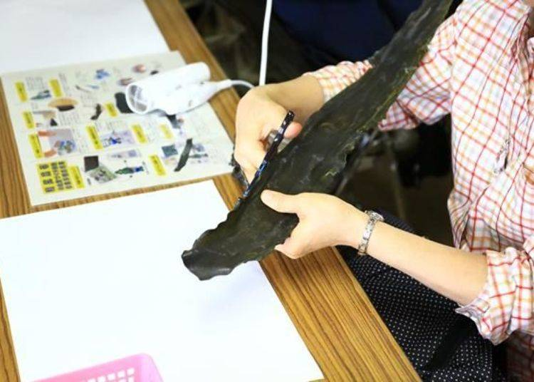 「利尻昆布的土產製作體驗」(1500日圓)是將昆布加工後做成3樣獨創的名產。(照片提供:神居海岸公園)。