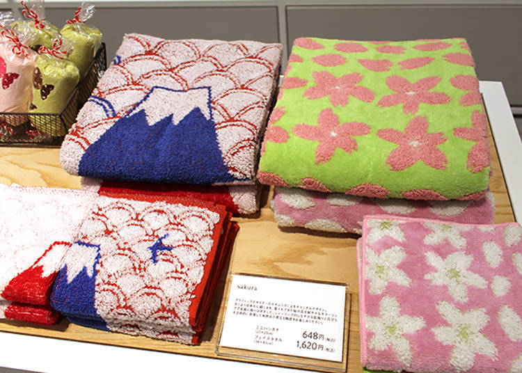 左:「sakura」手帕648日圓、長巾1,620日圓 右:「fujisan」手帕648日圓、長巾1,620日圓(皆為含稅價)