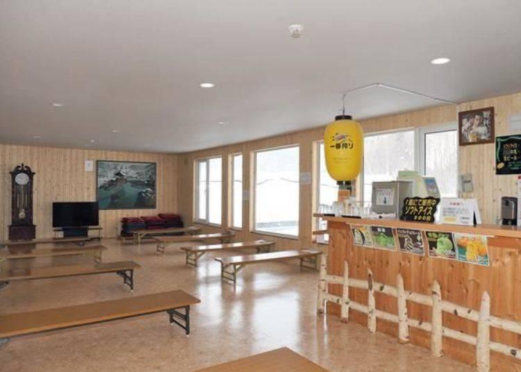 泡完湯後的免費休息室。全館的供暖地板是利用溫泉熱設計而成,所以即使是冬天也非常暖和喔!