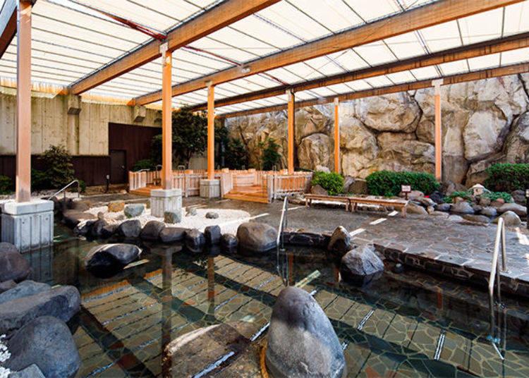 ▲空間寬敞的女湯露天溫泉。上面有遮陽棚,白天也能悠哉的享受露天溫泉。