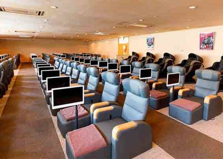 ▲可以在「休み処(休息處)」內有設置電視螢幕且可調整高度的躺椅上,好好休息!