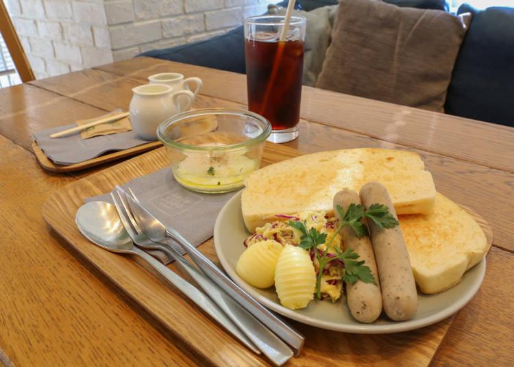 人氣早餐「套餐B(セットB)」(550日圓┼飲料套餐 200日圓,皆含稅)有吐司、香腸、半熟蛋以及涼拌捲心菜。