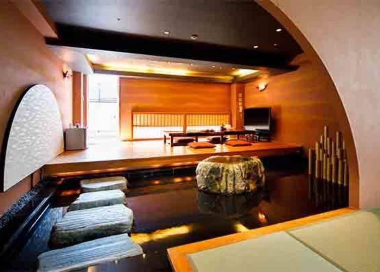 ▲特別室內的榻榻米睡鋪與客廳中間有充滿和風構思的庭園設計。(限定人數4位、房內空間65平方公尺、有附衛浴設備及廁所、有附露天溫泉)