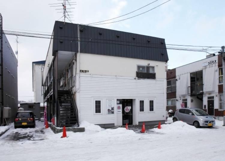▲住宅區中一眼看似公寓的建築物。中間是店門口。