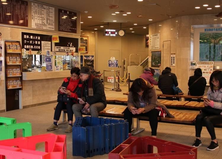 層雲峽站的等待區。左邊是售票處,正面裡面是剪票口。通過剪票口後右邊樓梯上去就可以抵達纜車。