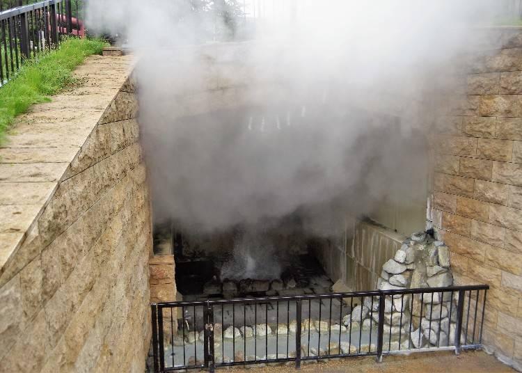 噴發溫泉時不斷地冒出濃濃的熱氣!