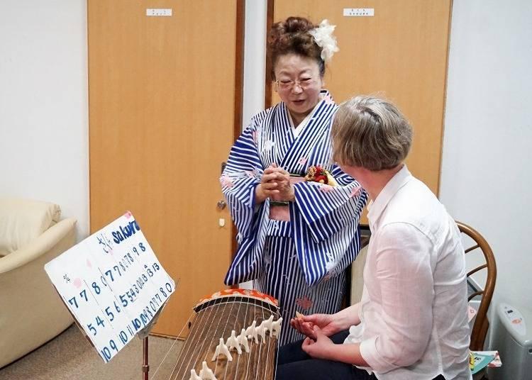 琴館內所舉辦的日本箏體驗活動情景。演奏者也會用英文與大家交談