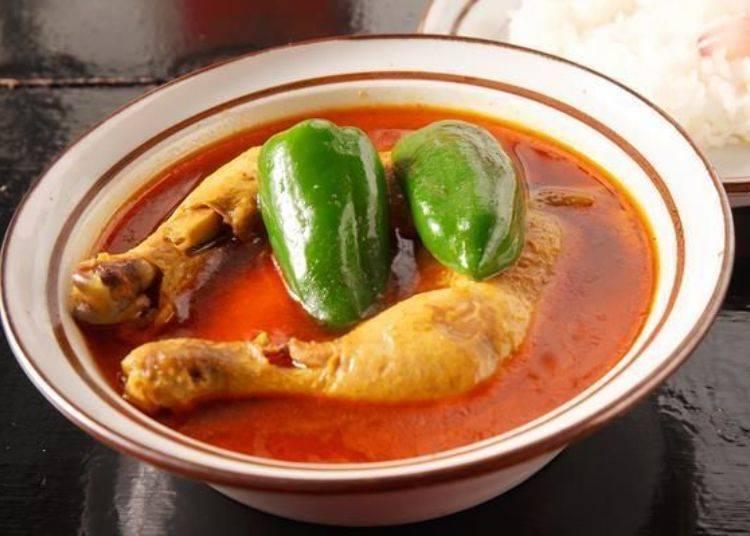 ▲「雞肉咖哩(とりカリ)」(1100日圓),裡面有雞腿肉、紅蘿蔔和青椒,配料很簡單。