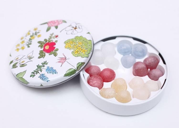 最近人氣火紅的六花亭酒糖「六花之露(六花のつゆ)」(6種口味共18粒380日圓),甜甜的糖果裡包裹著香氣十足的酒水