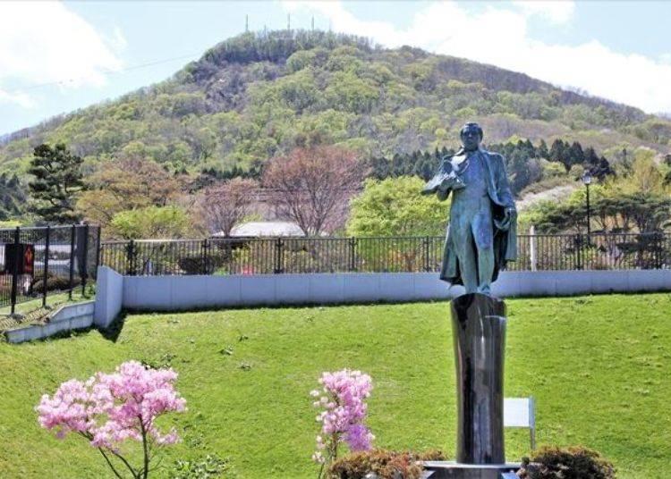 ▲此處為觀賞函館夜景的景點之一、佇立著背朝函館山像是眺望函館港般的培里提督銅像。
