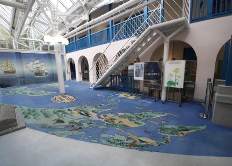 ▲挑高至2樓的空間內,描繪著開港當時以函館為中心的巨大世界地圖(鳥瞰圖)。