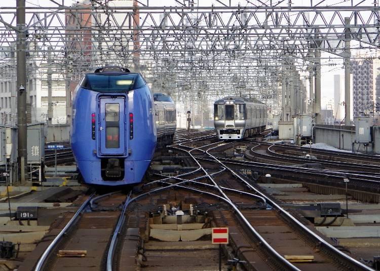 札幌站來往函館站、旭川站及釧路站等北海道內各地的特急列車非常頻繁。
