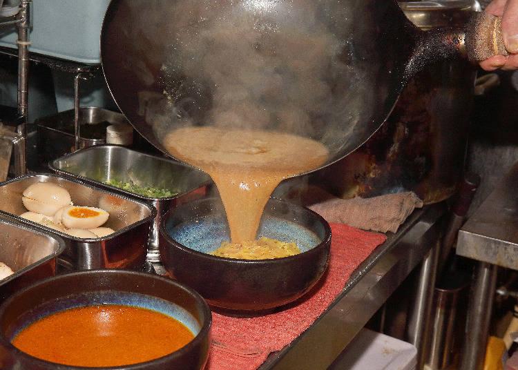 將特製味噌醬倒入雞豬各50%的白湯中,製成湯底。