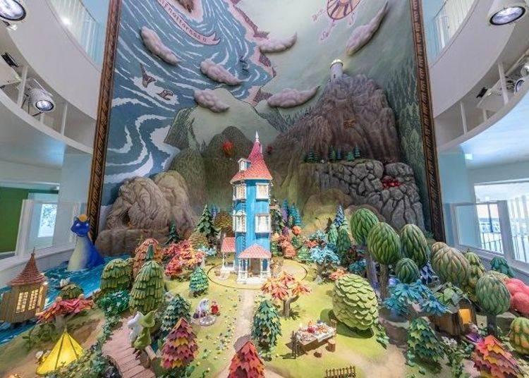 ▲這座巨大的立體模型有著許多小機關,像是會嚕嚕米之家會旋轉、打光燈的顏色會隨時間變換等等 © Moomin Characters™