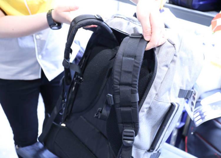 背面的拉鍊中收納了厚實耐用的墊肩背帶