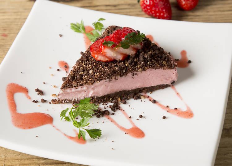 草莓可可豆碎片慕斯素蛋糕961日圓(午餐時段過後提供)
