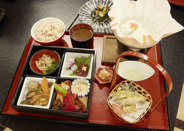 楓葉膳(もみじ膳,2800日圓含稅)。雜穀飯、香菇湯以及海藻沙拉是無限量供應,想吃多少都可以,一定很開心吧!