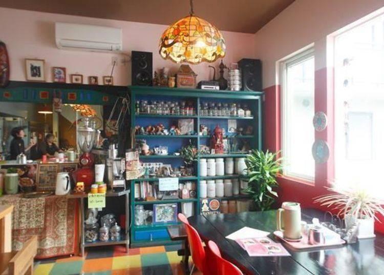▲店內陳列著許多印度雜貨的櫃子,也是在舊址就一直使用的家飾。據說常客們看到這個櫃子都大呼懷念。