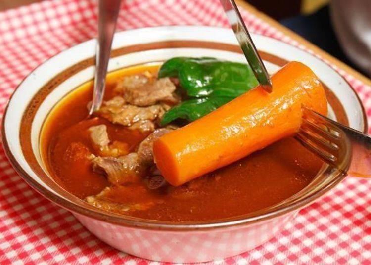 ▲和「雞肉咖哩(とりカリ)」一樣,「羊肉咖哩(らむカリ)」中也有大條的紅蘿蔔,可以用刀子切塊食用