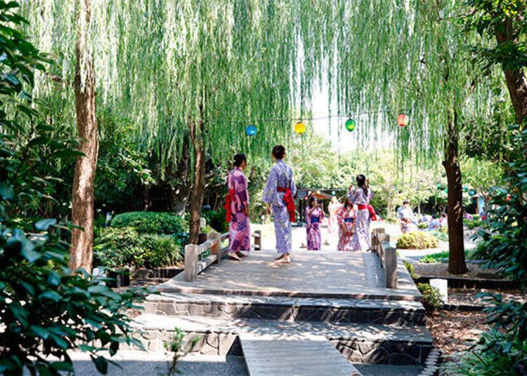 ▲沿著指標往前走,就會看到一片充滿綠色植物的日本庭園。這根本是在都市的綠洲。
