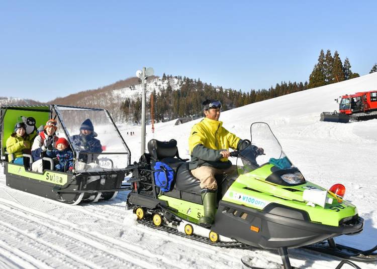 搭乘雪上摩托車拉動的雪橇穿梭在雪原上超暢快