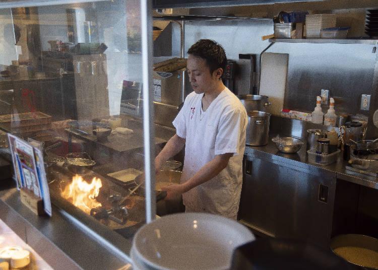 以中式炒鍋快炒時的豪邁火焰,是能將深奧香氣引領出來的關鍵。