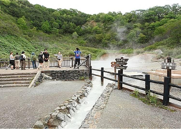 從「奧之湯」流出的溫泉會在100公尺前方處注入到「大湯沼」裡。