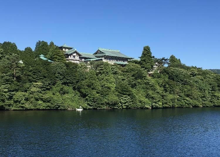 從箱根蘆之湖畔所看見的龍宮殿本館