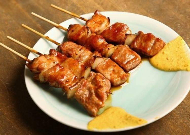 ▲「豬精肉(豚精肉)」烤好啦!黃芥末是室蘭日式烤雞串的必備品